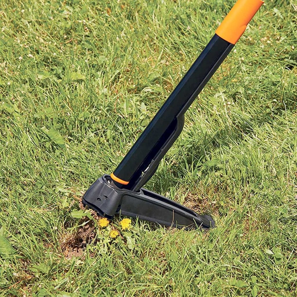 Fiskars 4-Claw Stand Up Weeder With Easy Eject Close Up - Good Fathers Day Gifts For Dad